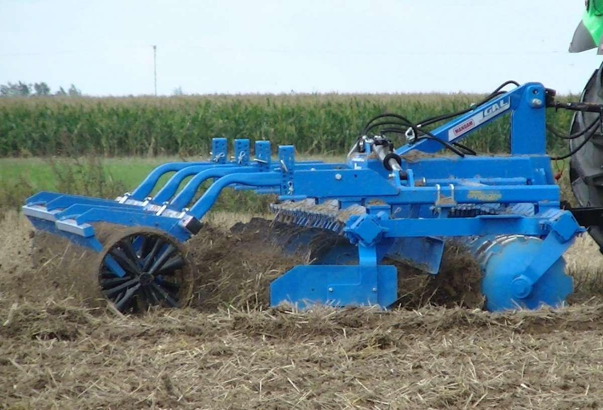 Brona talerzowa GAL C firmy Mandam podczas pracy na tle pola kukurydzy