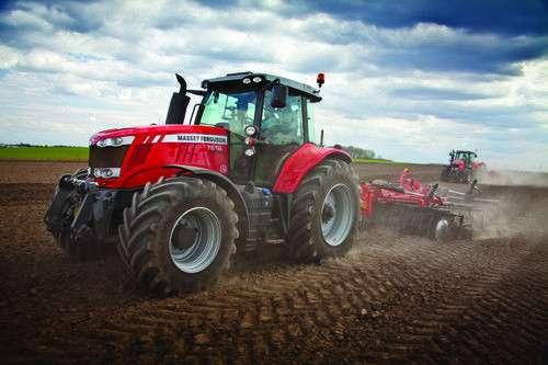wydajność kontrola komfort w ciągnikach Massey Ferguson serii 7600 dwa ciągniki podczas prac polowych