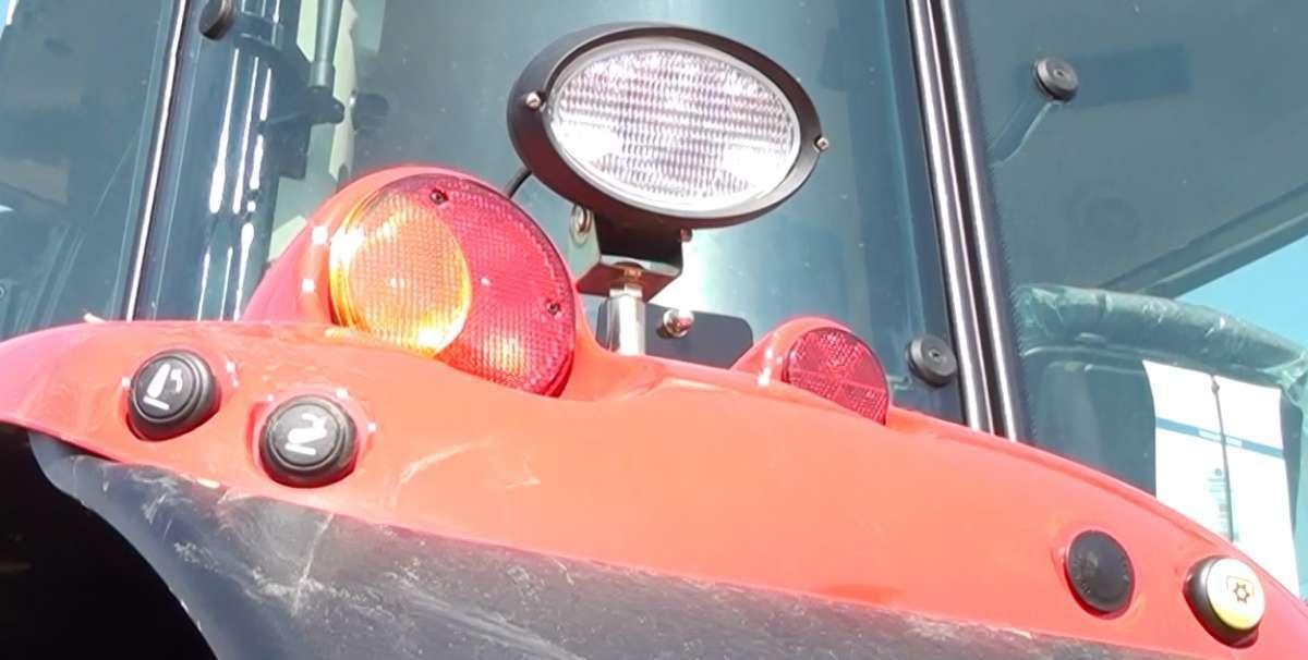 Ciągnik rolniczy Massey Ferguson z opryskiwaczem zaczepianym Berthoud