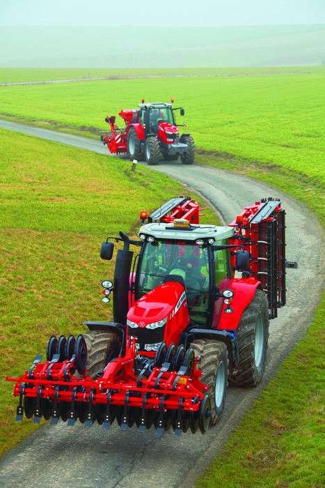 Ciągniki Massey Ferguson z agregatami w drodze na pole