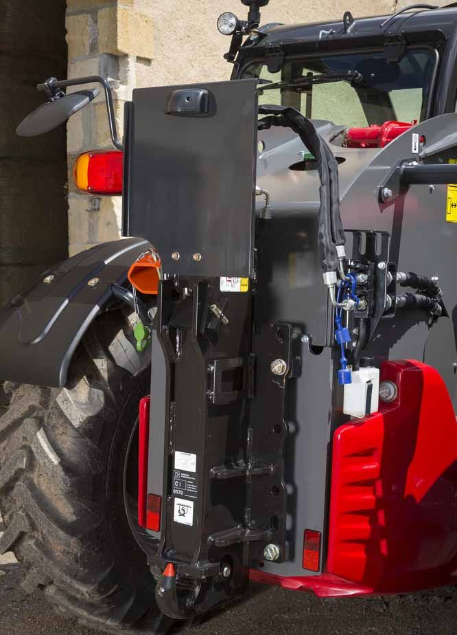 Ładowrki serii THwyposażone są w zaczepy, złącza hydrauliczne oraz pnematyką  instalacje hamulcowa dla przyczep.