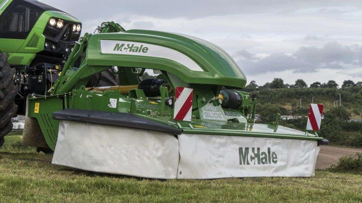 Kosiarka czołowa McHale F3100 podczas koszenia trawy