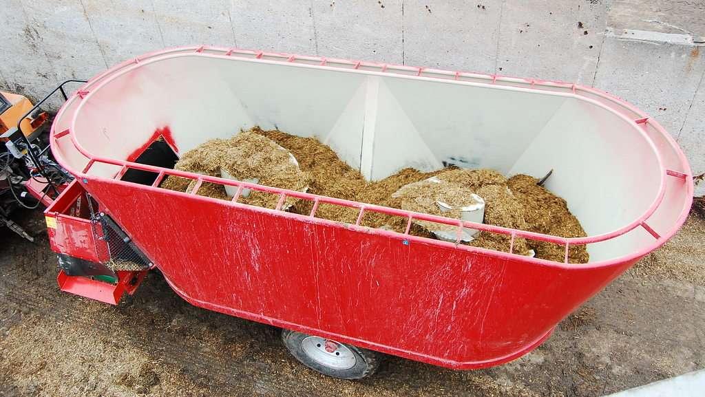 Zdjęcie przedstawiające wóz paszowy WX, który wykorzystywany jest w większych gospodarstwach.