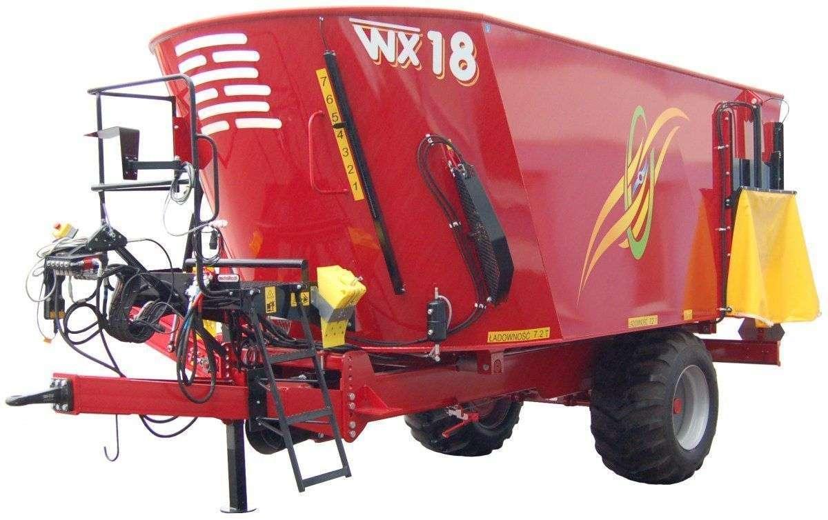 Zdjęcie studyjne wozu paszowego WX - który zazwyczaj kupowany jest dla większych gospodarstw, a dystrybuowany przez sieć korbanek.pl.