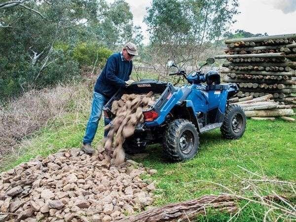 Wyładunek drewna za pomocą ruchomego bagażnika