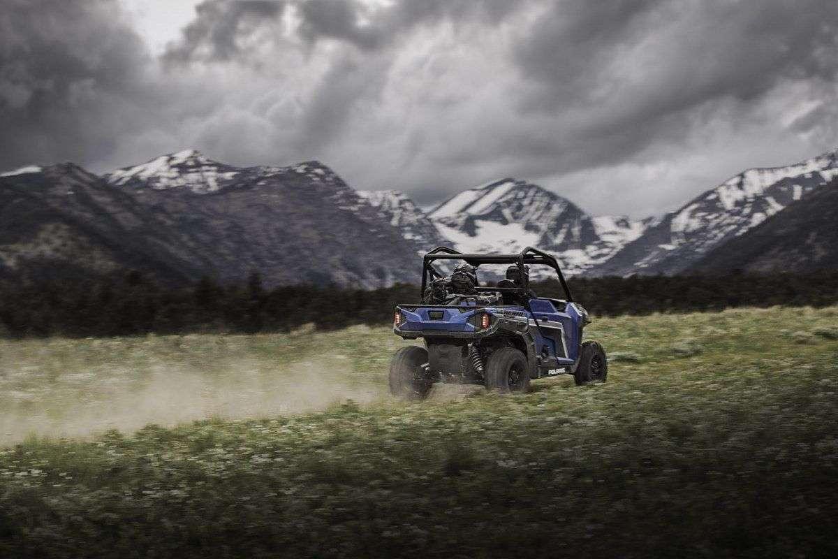 UTV podczas jazdy góry pokryte sniegiem