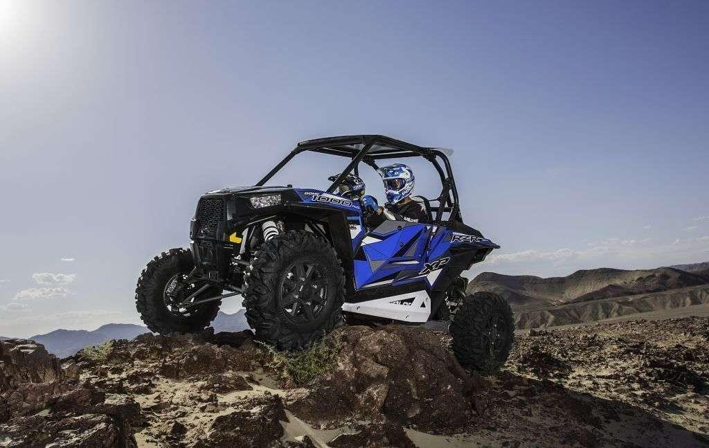 Pojazd na wzgórzu podczas jazdy kolor niebieski