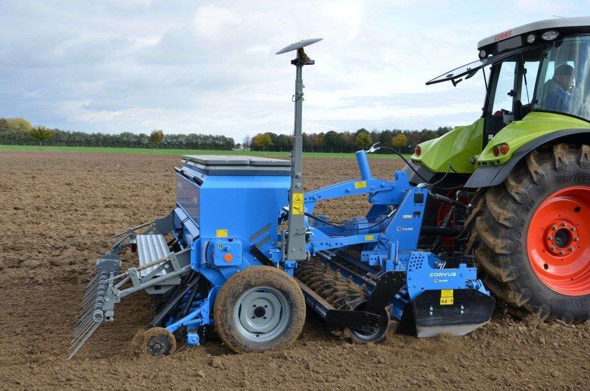 podczas pracy agregat uprawowy i siewnik zbożowy RABE ECODRILL PL z ciągnikiem Claas