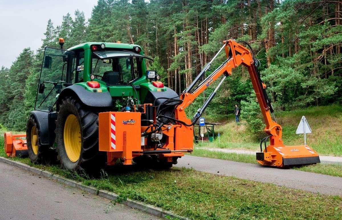 Kosiarka bijakowa wysięgnikowa KWT 650 zawieszona na zielonym ciągniku Ramiona wysięgnikowe korbanek.pl