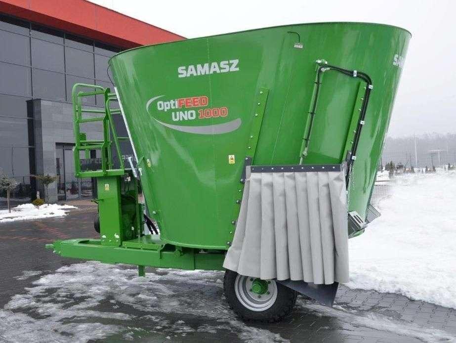 Zielony wóz paszowy paszowóz SAMASZ typ OptiFEED UNO 1000 na placu. Widok boczny. Korbanek.pl