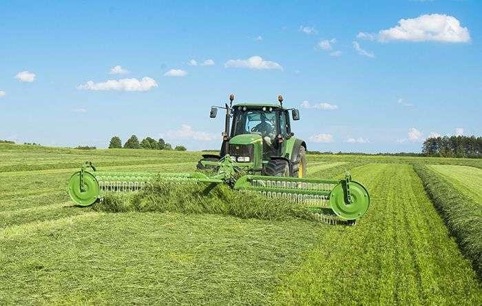 Zgrabiarka grzebieniowa TWIST 600 firmy Samasz służy do szybkiego, wydajnego i czystego zgrabiania siana, słomy i zielonki.