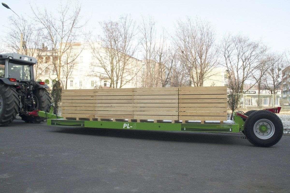 Przyczepa PL do transportu załadowana skrzyniami sadowniczymi