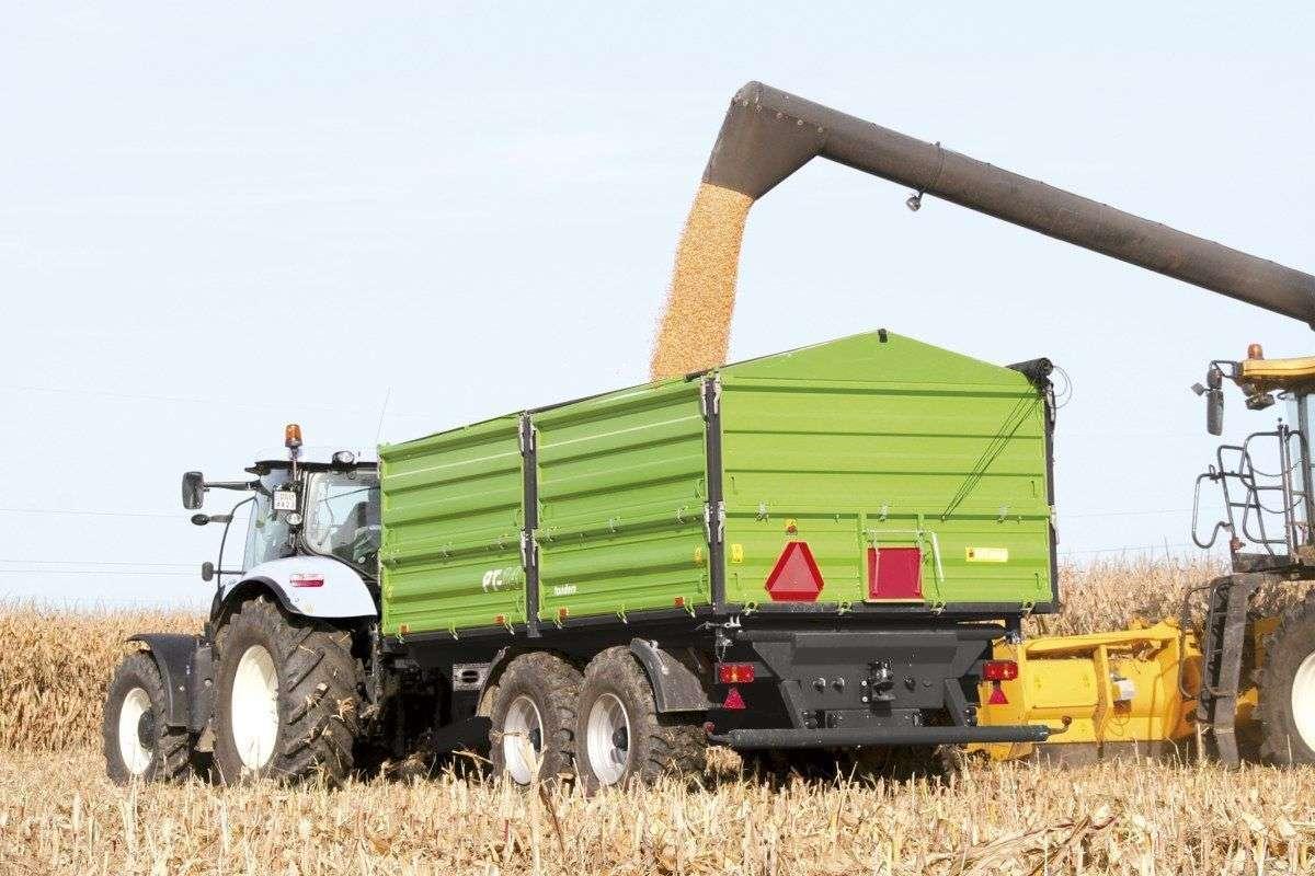 Przyczepa rolnicza w pracy polowej podczas wyładunku zboża z kombajnu producent Unia Group