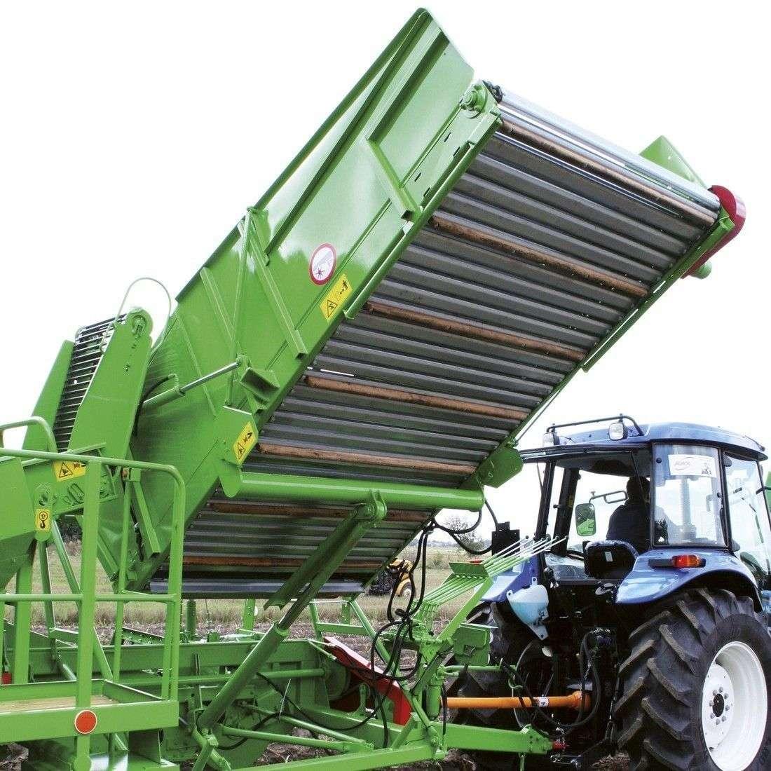 KombajnPYRA 1600 posiada zbiornik, którym można regulować wysokość rozładunku w zakresie od 1,25 do 2,7 m.