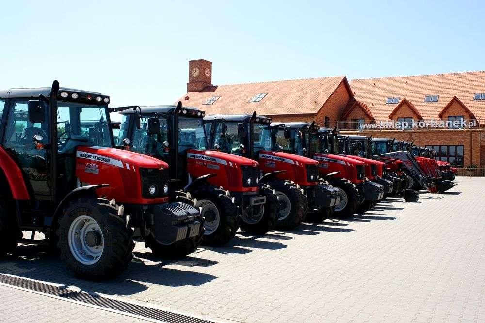 Ciągniki rolnocze Massey Ferguson na placu Korbanek w Tarnowie Podgórnym