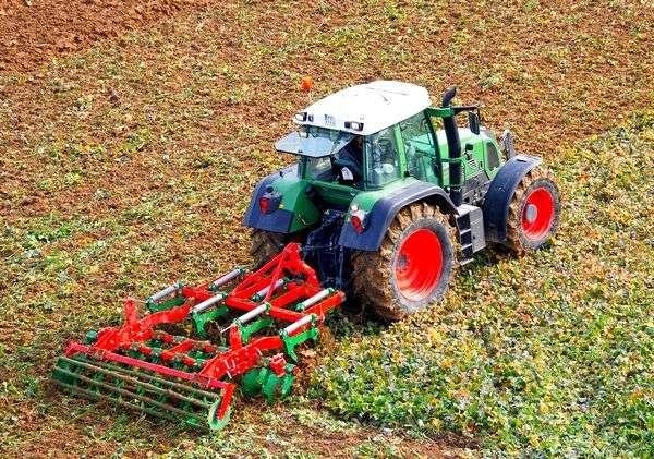Traktor Fendt podczas pracy w polu